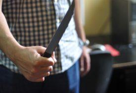 POTJERA U PALAMA Prijeteći nožem oteo pazar od radnice u marketu