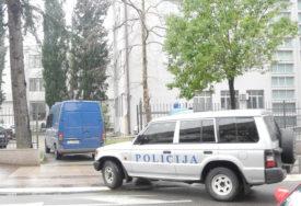 SVEŠTENICI U NIKŠIĆU I BARU PUŠTENI NA SLOBODU Ispred policije ih dočekao veliki broj građana
