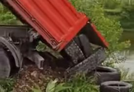 NEMA KRAJA NEMARU GRAĐANA Bez imalo savjesti istovaraju gume u rijeku Bosnu (VIDEO)