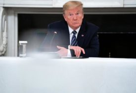 STRAH OD KORONA VIRUSA Pens na distanci od Donalda Trampa