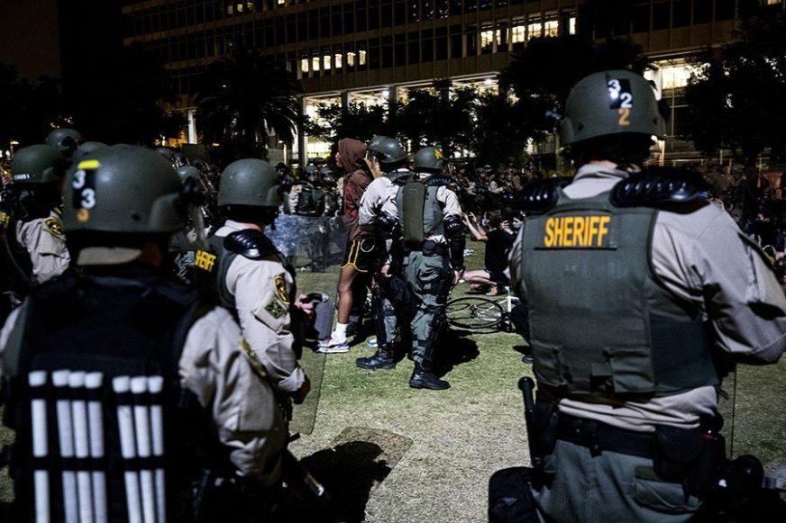 """""""SJEDE JEDNI PORED DRUGIH, DRŽE SE ZA RUKE"""" Drugi talas korone moguć zbog masovnih protesta"""