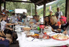 """PJEŠAČILI 10 ČASOVA """"STAZOM ZDRAVLJA"""" U Bratuncu održan planinarski pohod dug 22 kilometra"""